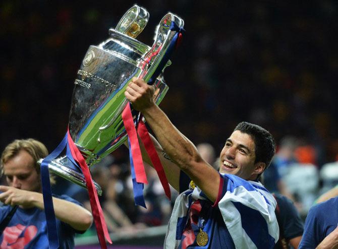 barcelona-trophy-suarez
